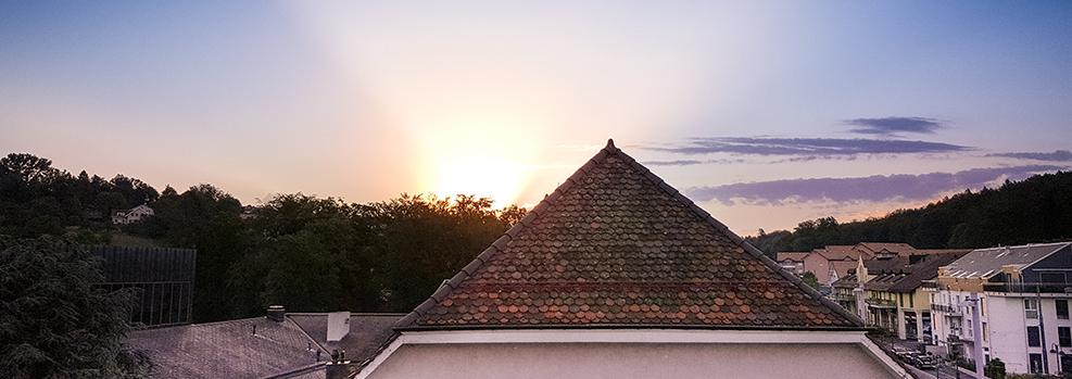Lever de soleil sur le toit de la Maison de commune